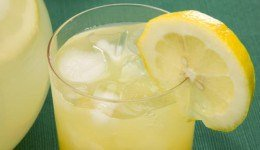 De lichamelijke voordelen van limoenwater